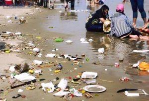 Vứt rác ở những bãi biển du lịch